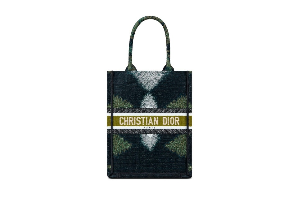 Dior переосмыслили классические сумки в принтах tie-dye