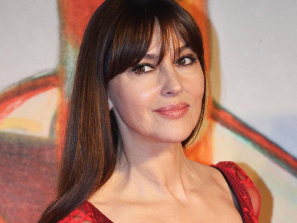 Моника Белуччи сменила прическу и поразила роскошным декольте
