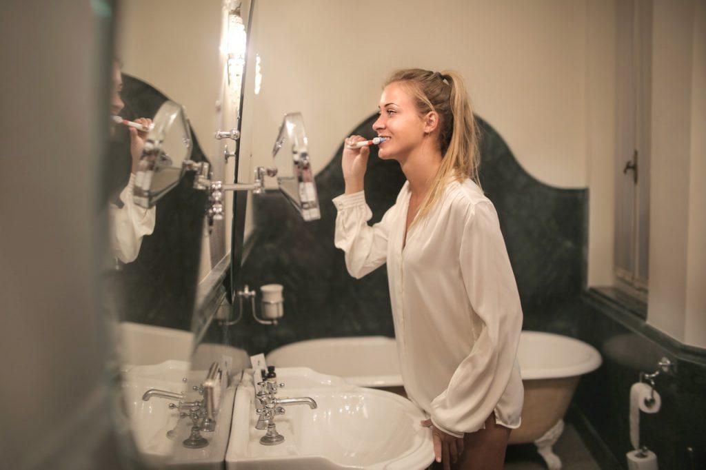 Стоматолог рассказал, как нужно ухаживать за зубами в «эру масок»