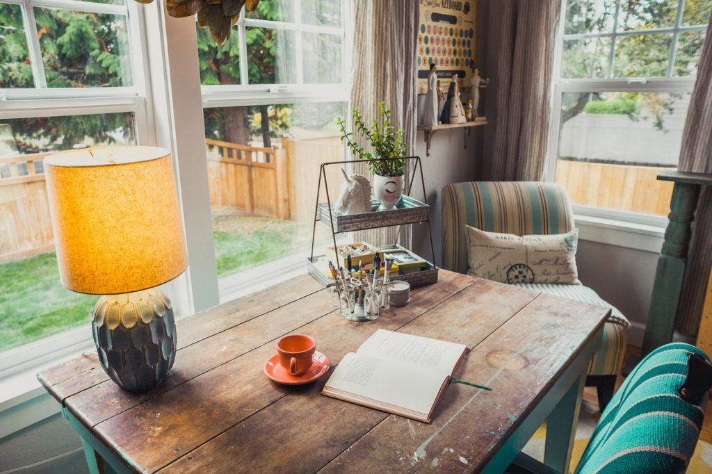 Как выбрать цвета, которые красиво сочетаются с деревянной мебелью и полом