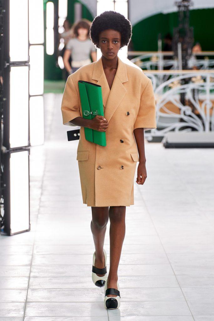 Блестящие костюмы и яркие принты: что показали Louis Vuitton на Неделе моды в Париже
