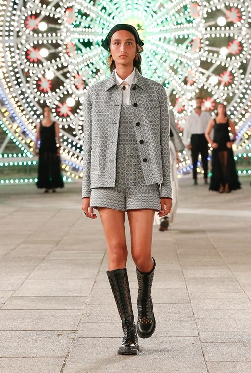 Нужно гордится своими традициями: Dior провели показ в маленьком городке Италии