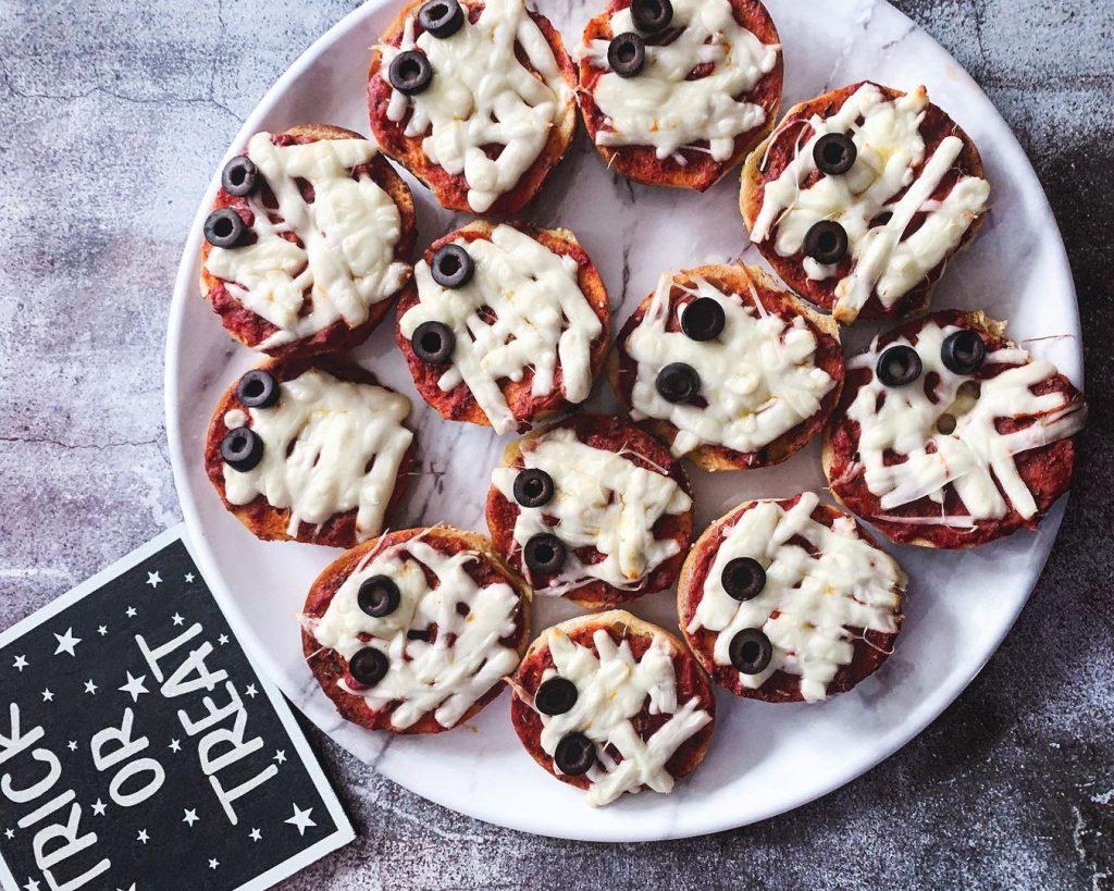 Впереди Хэллоуин? Быстрый рецепт мини-пиццы «Мумия» для детей и взрослых