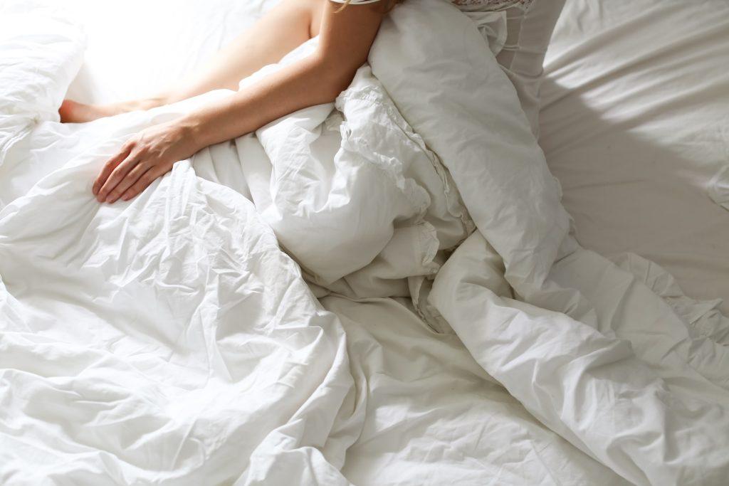 Как часто следует менять постельное бельё здоровым и заболевшим людям