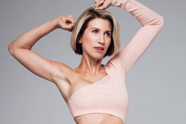 Анита Луценко поделилась диетическим рецептом сырников и показала комплекс упражнений на руки