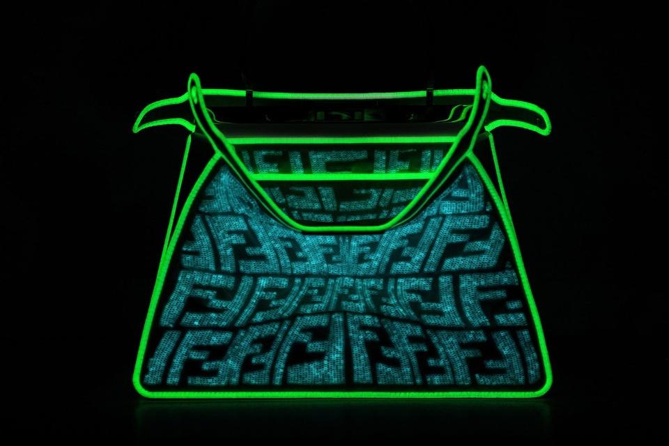 Теперь светится в темноте: Fendi показали новую модель сумки