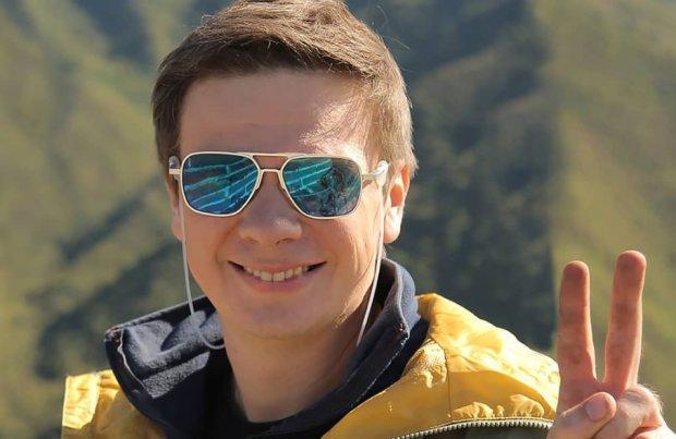 Дмитрий Комаров принял участие в фотосессии по случаю 10-летия программы «Мир наизнанку»