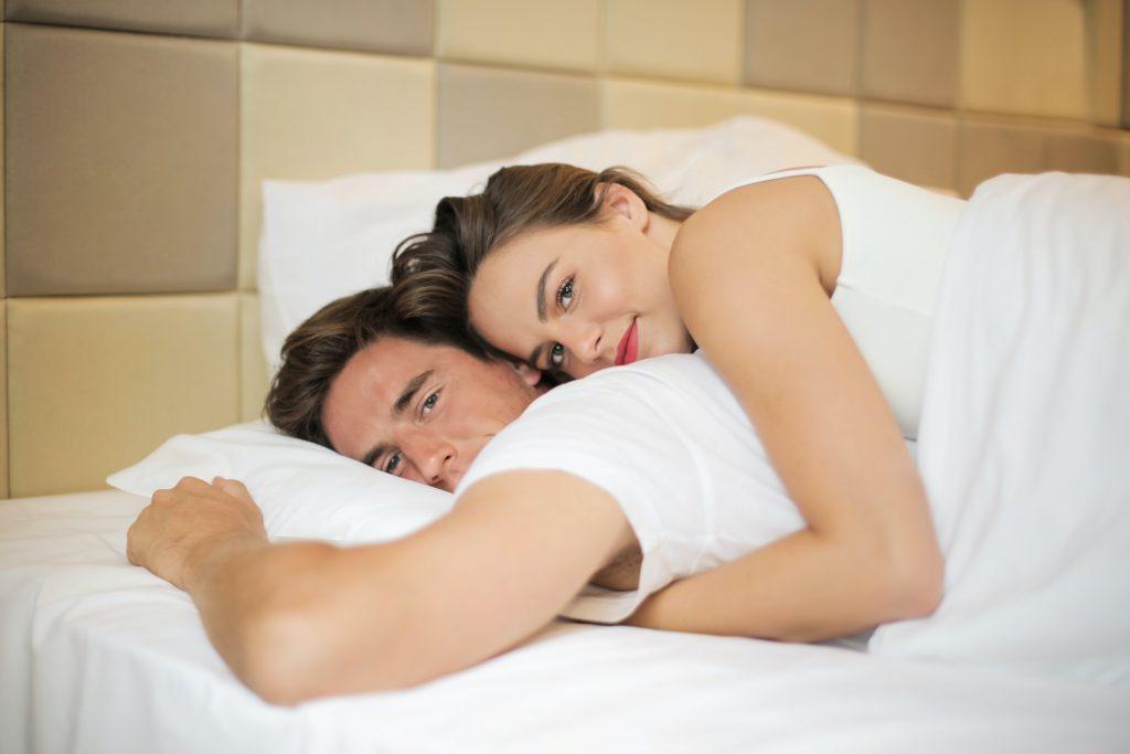 Сон в данной позе может означать, что пара на грани разрыва отношений