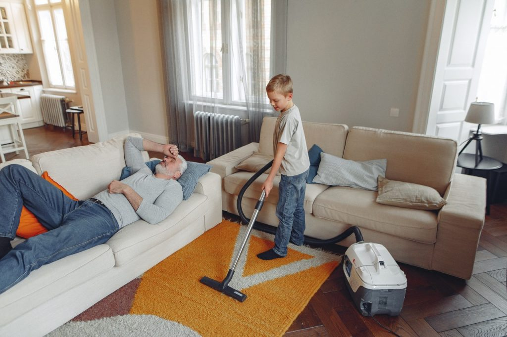 Соответствующие возрасту обязанности по дому, которые могут выполнять ваши дети