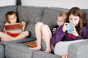 Что могут сделать родители, чтобы их дети не стали зависимыми от гаджетов