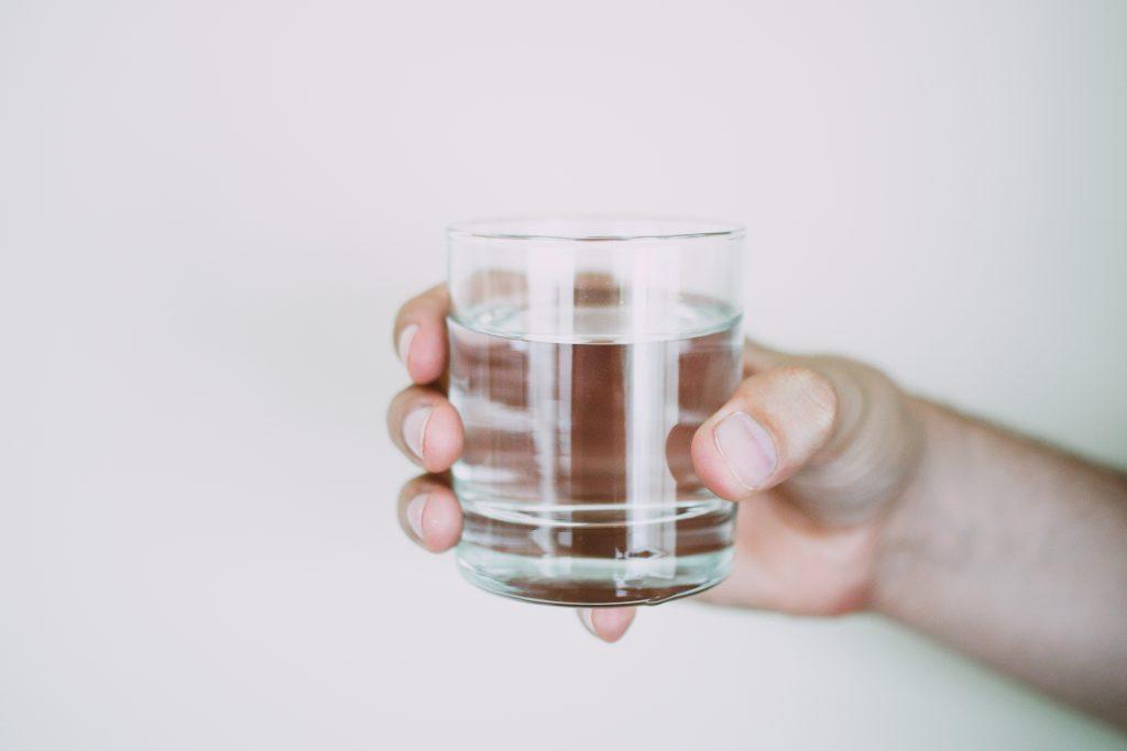 Правда ли, что нужно пить стакан воды перед тем, как идти в душ (и зачем)