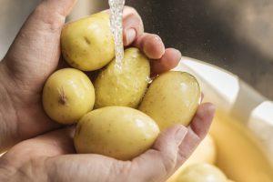 Что нужно сделать с сырым картофелем, чтобы ожог на коже быстрее зажил