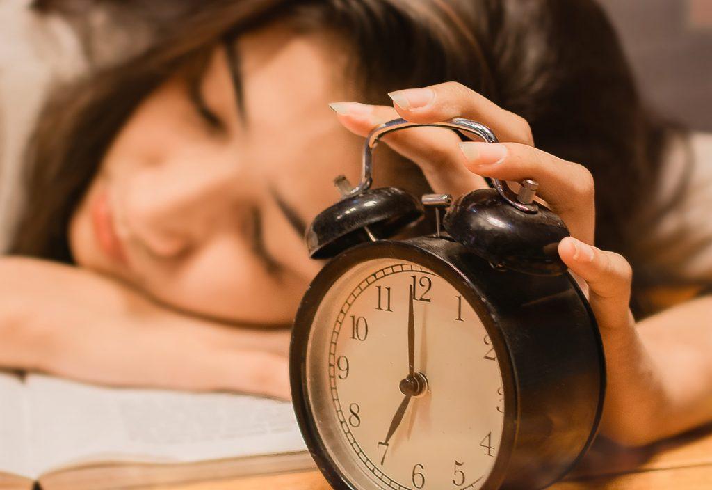 Один безобидный фактор, который усложняет засыпание и качественный сон ночью