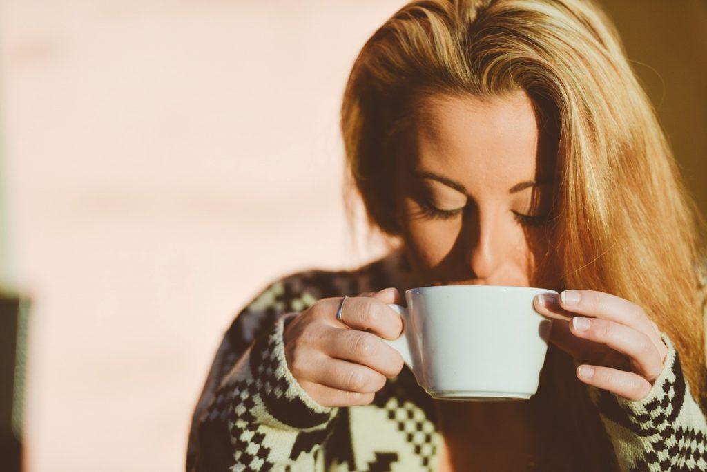 Не кофе и не чай: напиток, с которого нужно начать утро, чтобы быстрее сжечь жир на животе