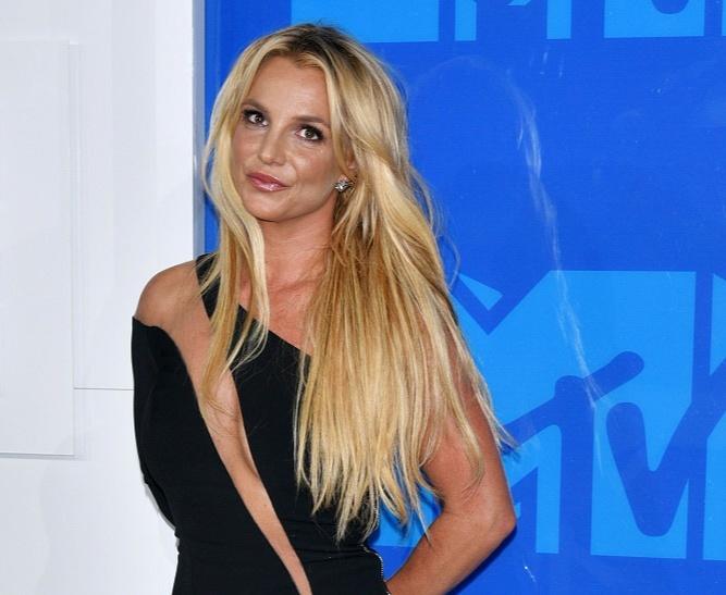 Бритни Спирс обрезала свои роскошные кудри