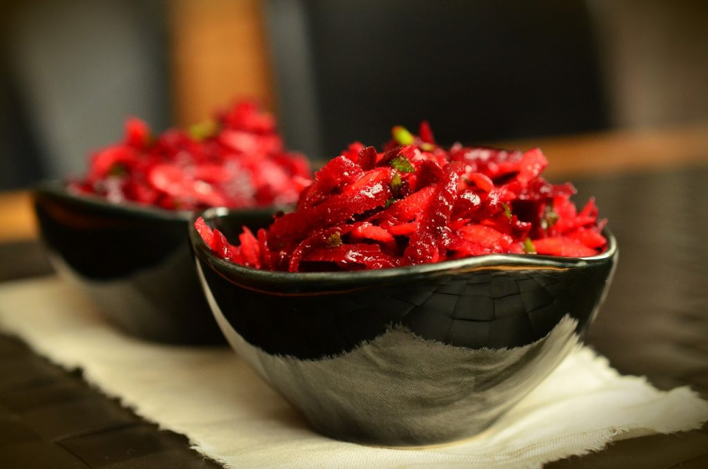 Простой рецепт праздничного салата из свеклы за 10 минут, который вы вряд ли готовили