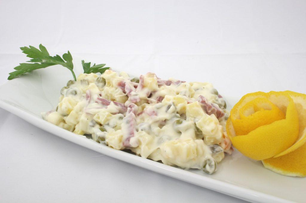 Секрет новой версии «Оливье»: что заменить, чтобы салат был вкусным, но полезным