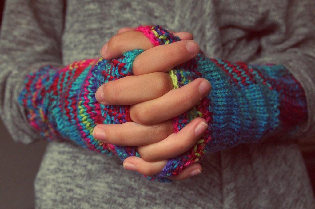 Пальцы немеют и белеют: что такое синдром Рейно и почему он опасен