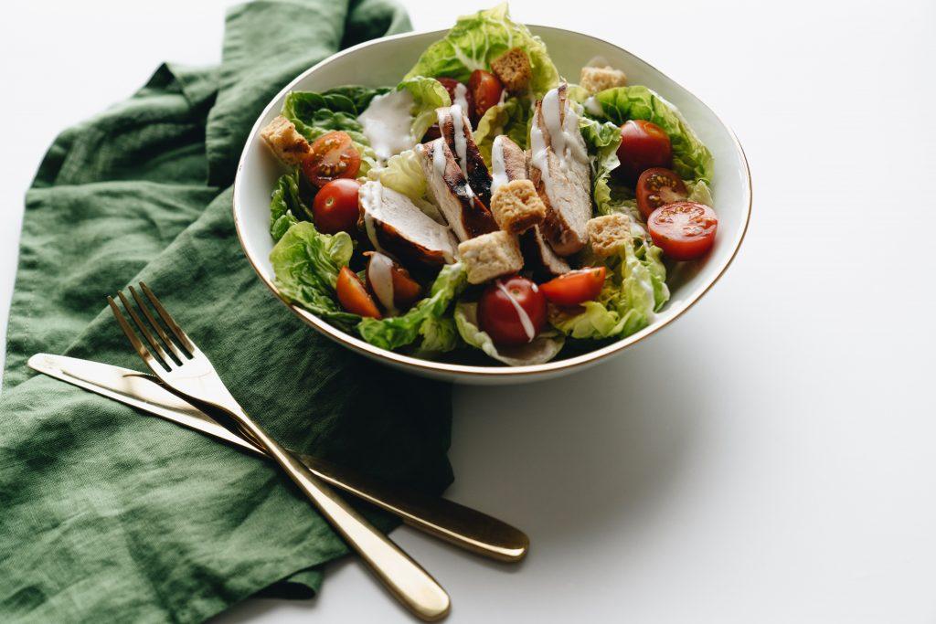 Рецепт салата «Цезарь» – идеального блюда для новогодних праздников 2021