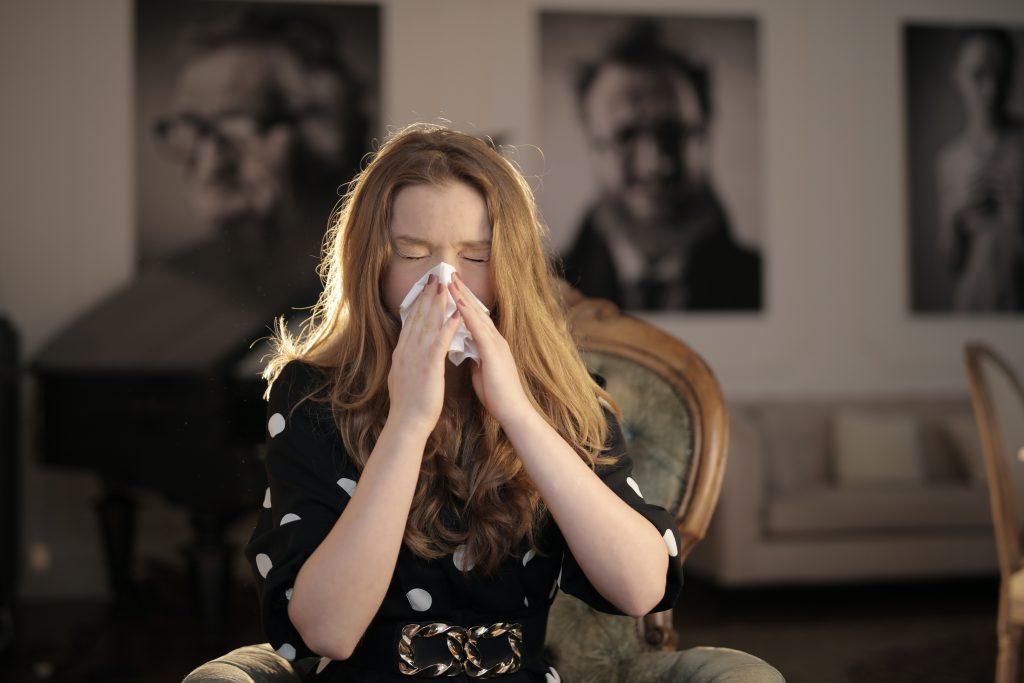 Разрыв сосудов и инфекции: ЛОР рассказал, почему люди неправильно сморкаются