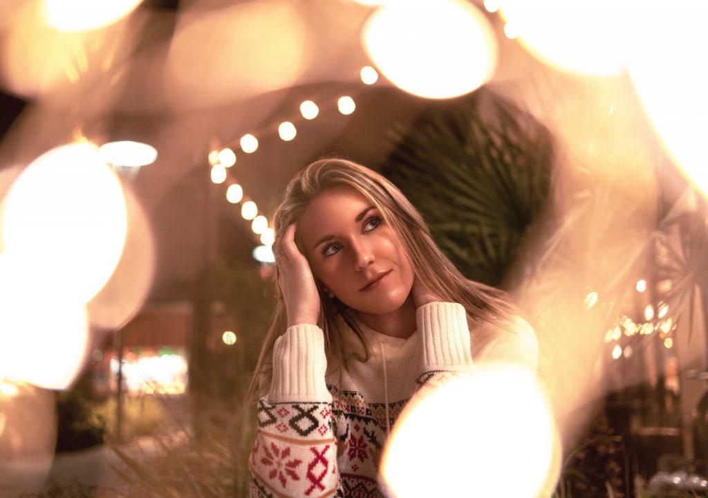 Как отметить зимние праздники в одиночестве без какой-либо грусти: советы психолога