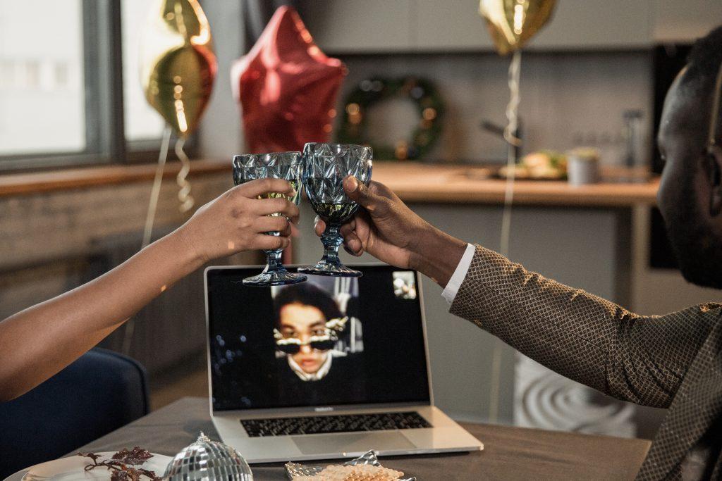 4 креативных способа отметить праздник с теми, кто физически не может быть рядом