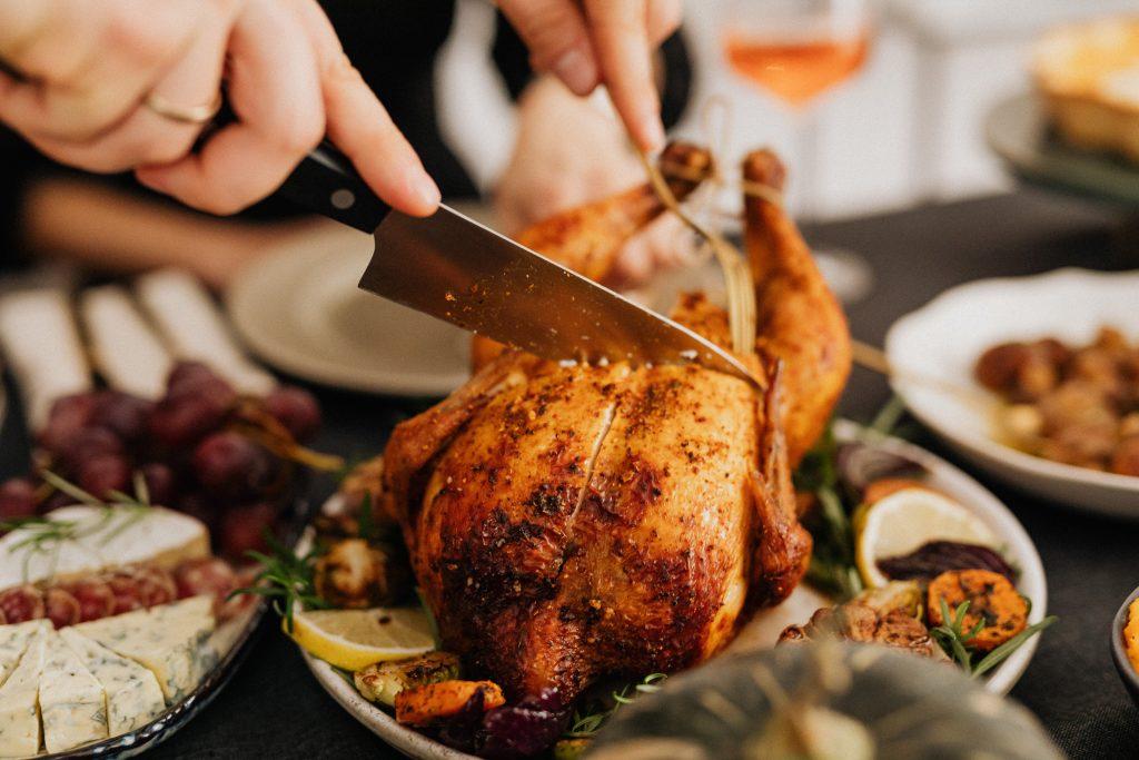 Суперпростой рецепт на Новый год от Джейми Оливера: запечённая курица с картофелем