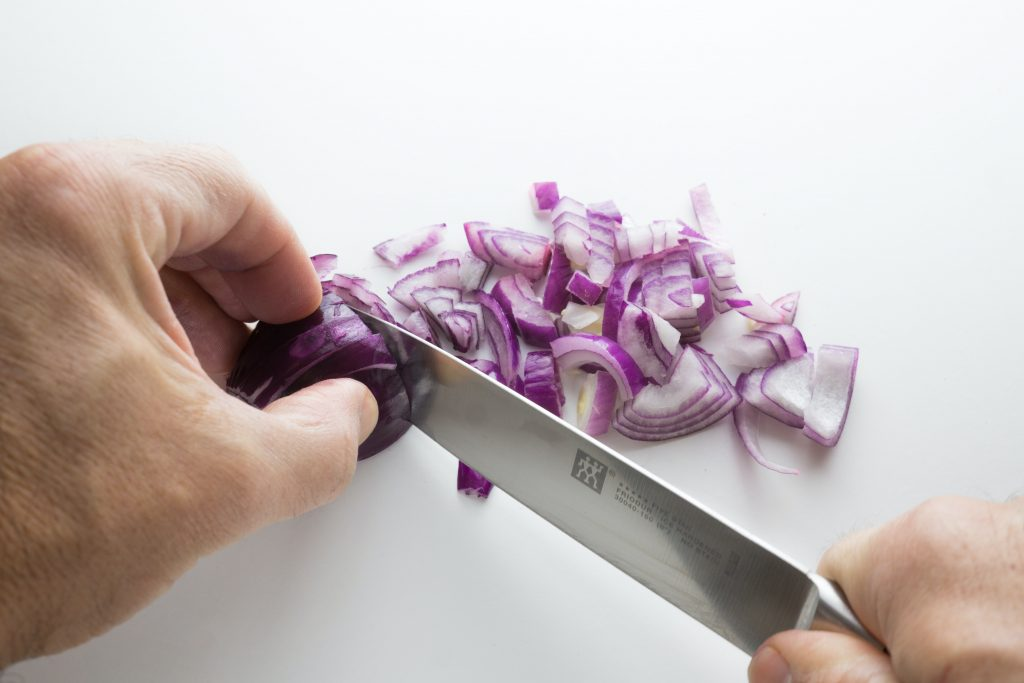 Как резать лук и не плакать: 2 невероятных способа, которые оказались эффективными