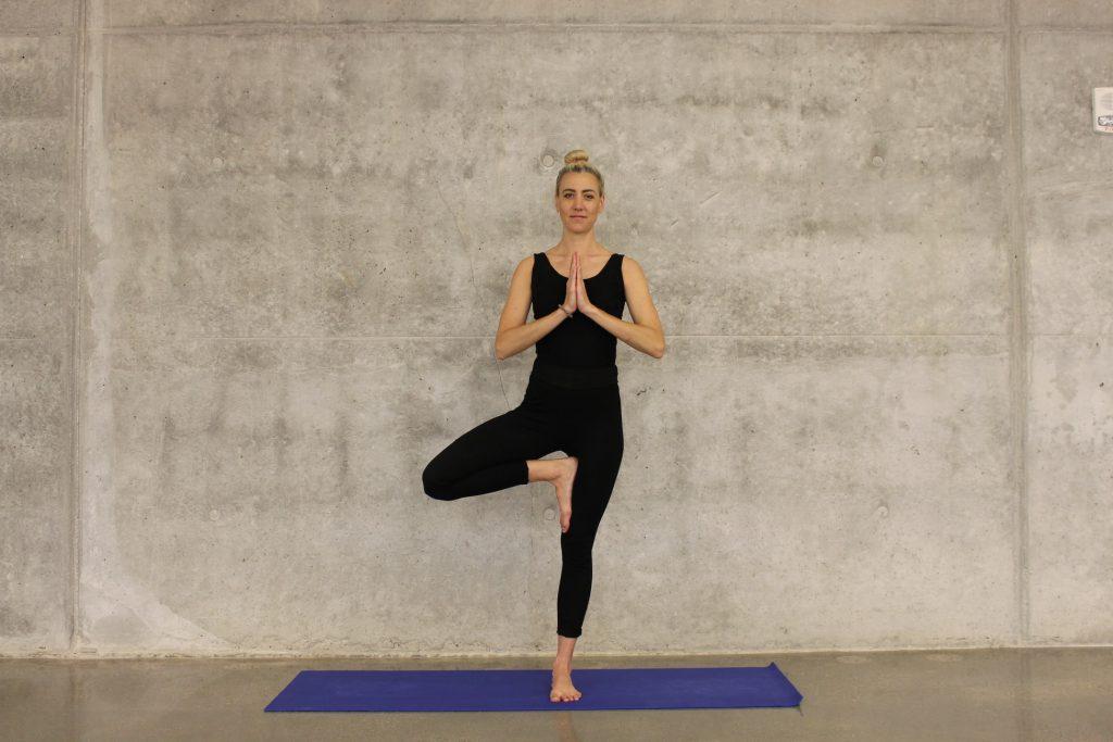 3 расслабляющие асаны из йоги, которые избавят от стресса ещё до Нового года