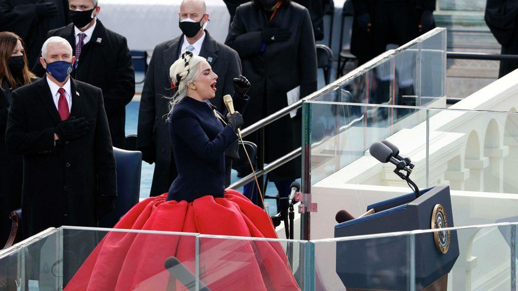 Плагиат чистой воды? Леди Гага появилась на публике в таком же наряде, как у Аллы Пугачевой
