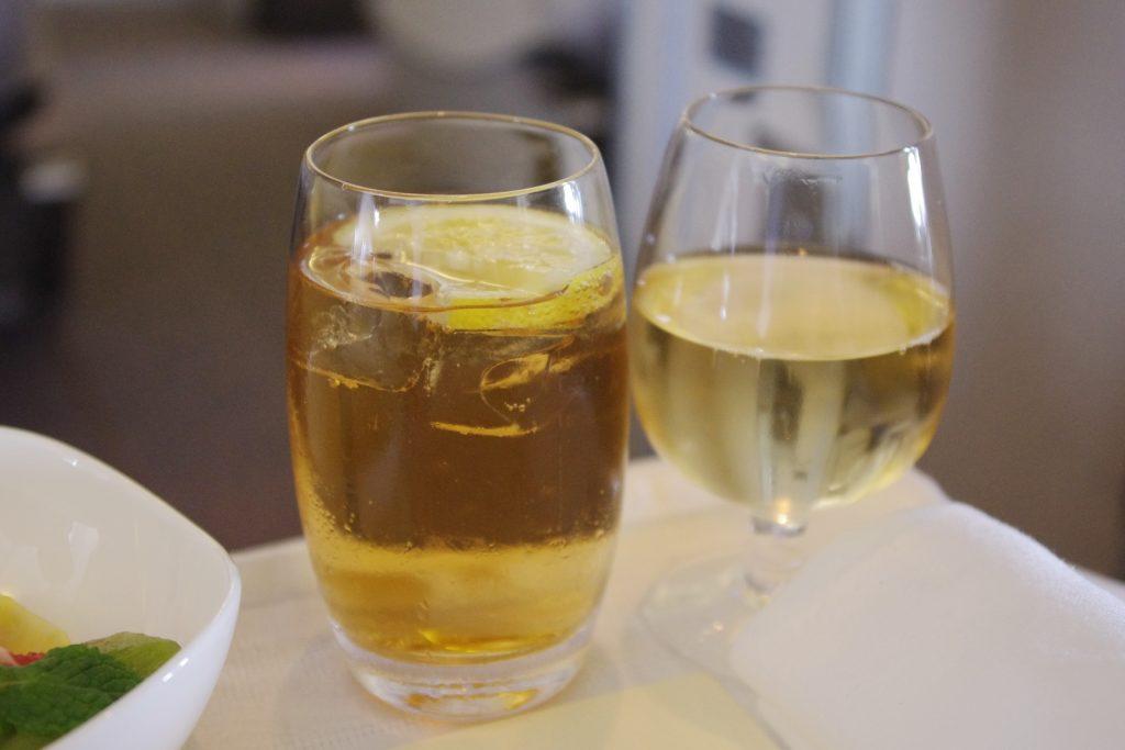 Весомая причина, по которой вы должны пить имбирный эль в самолете