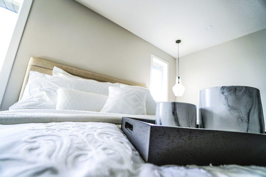 5 вещей, которые нужно убрать из спальни, чтобы она стала полноценным местом отдыха