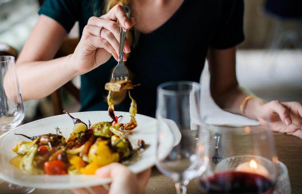 Неожиданная причина, по которой во время еды у вас появляется насморк