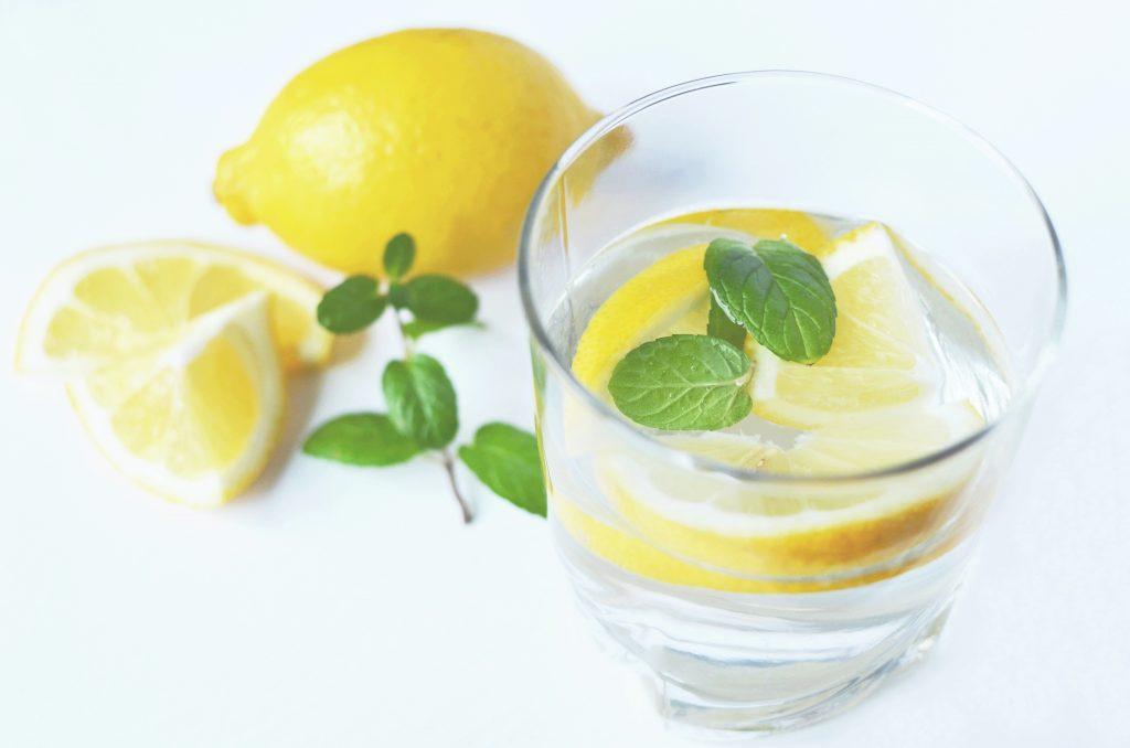 Почему стоит дважды подумать, прежде чем пить воду с лимоном