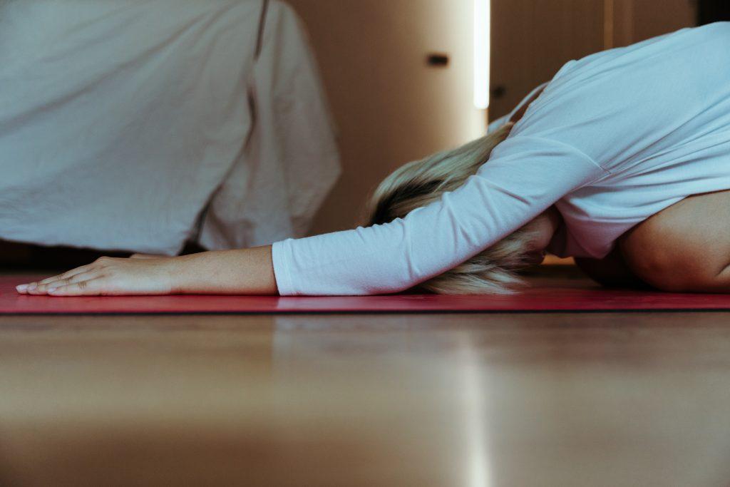 4 упражнения из йоги, которые снимут стресс и подготовят к рабочей неделе