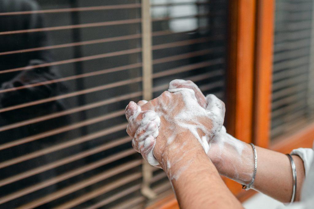 Лучший способ предотвратить сухость рук после слишком частого мытья рук