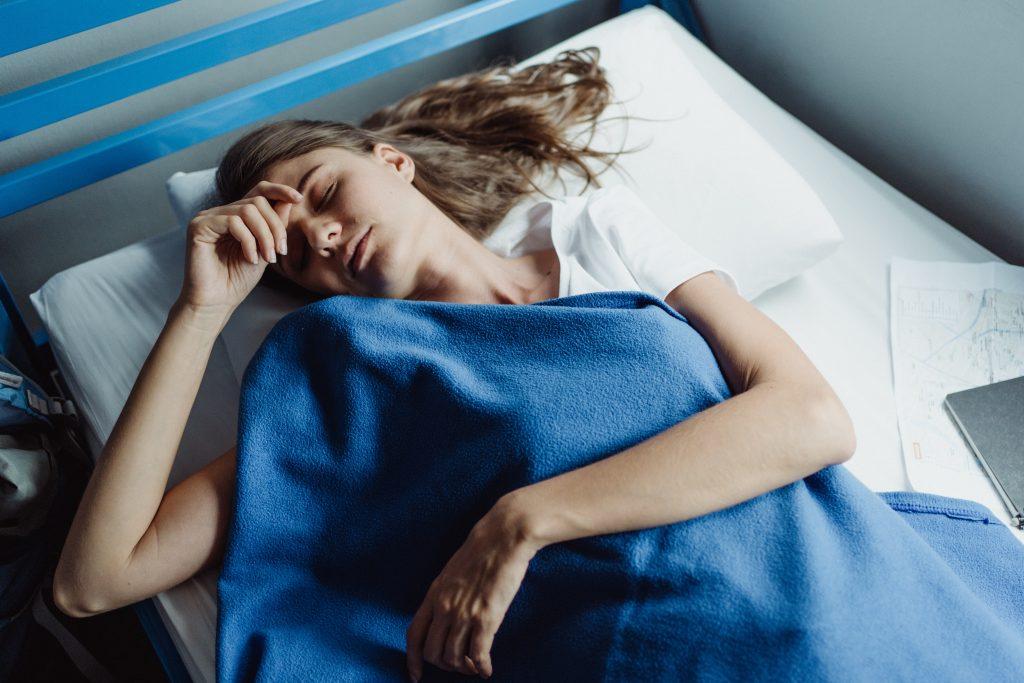 У науки есть объяснение, почему вы не можете уснуть в гостях или на новом месте