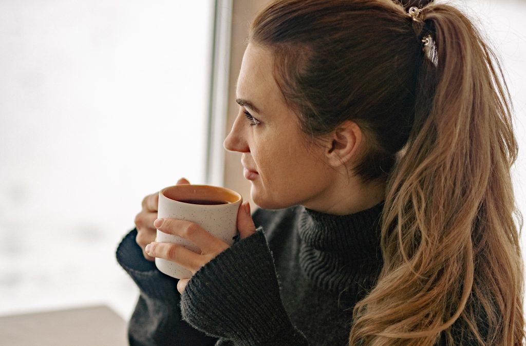 3 доступных напитка (включая чай), которые ослабят внезапную головную боль