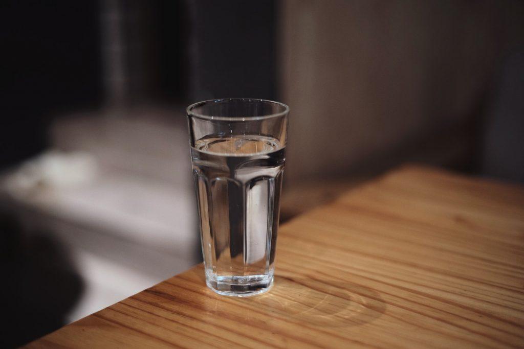 Помогает ли полоскание соленой водой от боли в горле или оно является плацебо