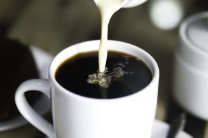 Как приготовить полезные сливки для кофе, которые по вкусу переплюнут сливки из кофейни