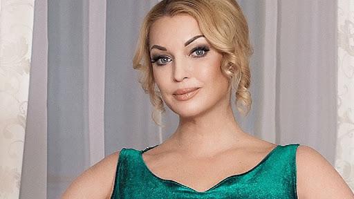 Анастасия Волочкова в купальнике и сапогах станцевала на морозе возле ёлки