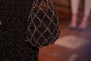 Вспоминаем наряды королев: Chanel показали новую линейку сумок