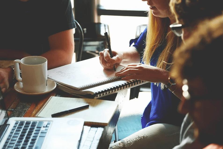 3 фразы, которые не стоит говорить коллегам, если вы не хотите испортить с ними отношения