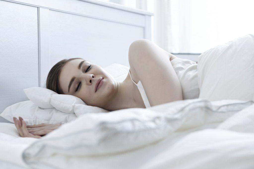 Советы по фэн-шуй для спальни, которые действительно помогут вам лучше спать