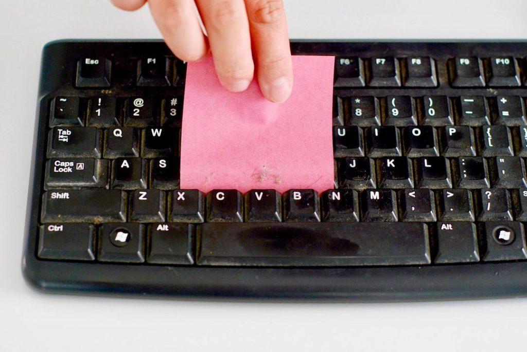 Простой совет, как быстро очистить клавиатуру от пыли