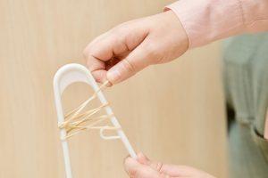 Самый дешевый способ сделать так, чтобы одежда на ваших вешалках не скользила
