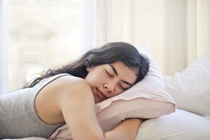 Если вы спите на животе, вот что происходит с вашим телом