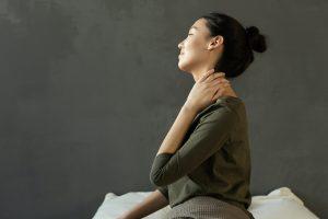 Как уснуть людям, которые страдают от боли в шее: советы специалиста