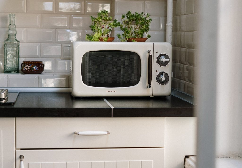 Делают ли подогревание и готовка в микроволновке еду менее здоровой?