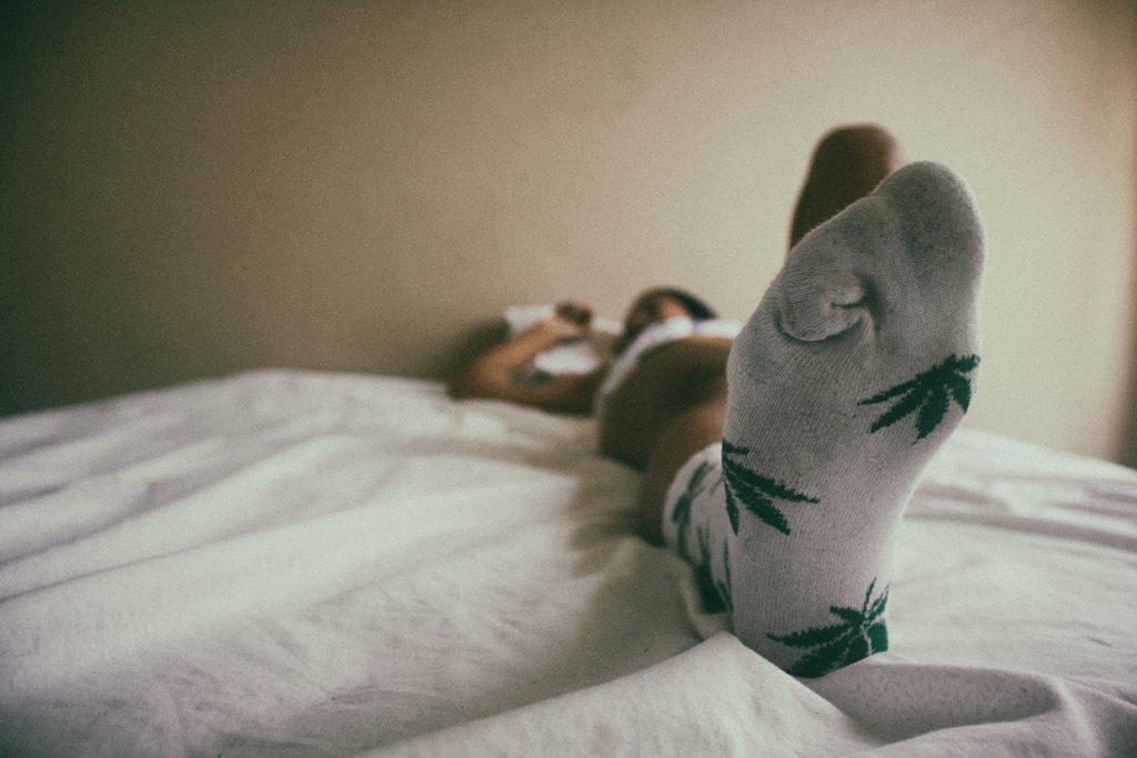 Эксперты по здоровью объяснили, почему нужно надевать носки перед сном